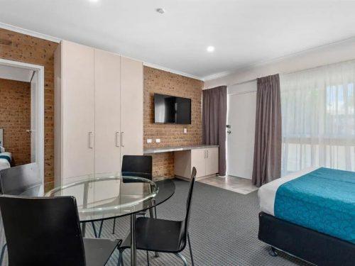 comfort-inn-suites-manhattan-apartment-image-04