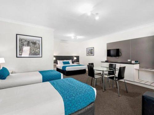comfort-inn-suites-manhattan-deluxe-family-image-02