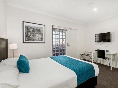 comfort-inn-suites-manhattan-deluxe-queen-image
