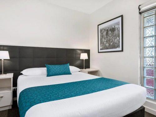 comfort-inn-suites-manhattan-standard-queen-image-01